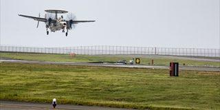 早期警戒機E2D・ホークアイが岩国基地に飛来 空母艦載機の岩国移駐開始
